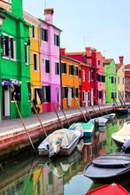 Maisons colorées le long d'un canal à Burano, près de Venise, en Italie