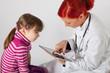Die Kinderärztin schreibt ihren Bericht auf einem Tablett-PC