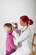 Die Kinderärztin untersucht den Kopf eines kleinen Mädchens