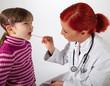 Die Kinderärztin schaut einem kleinen Mädchen in den Mund