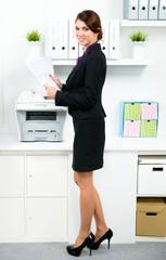 sekretärin am kopiergerät