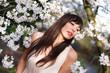 attraktive brünette frau unter kirschblüten