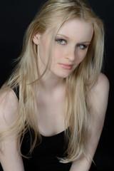 junge frau mit langen blonden haaren