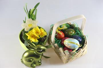 Osterhase mit Osterkörbchen und Veilchen
