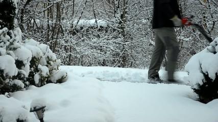 Mann mit Schneepflug