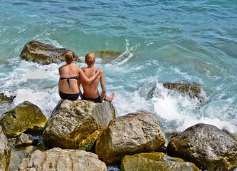 Молодая пара отдыхает возле моря