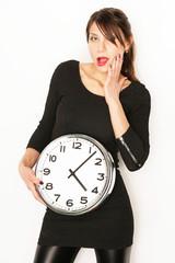 Frau posiert mit Uhr