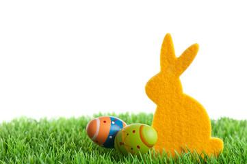 gelber Osterhase auf Wiese