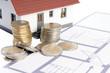 kleines Haus mit Grundriss und Geld