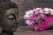 Buddha mit Orchideen