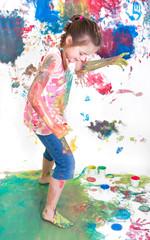 Mädchen tanzt in bunter Farbe