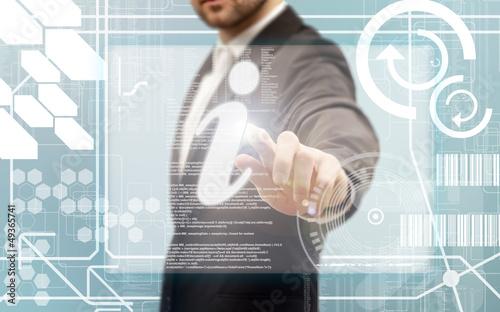 Doigt pressant un bouton sur un écran tactile
