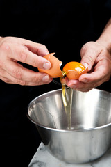rompere un uovo per cucinare