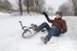 Fahrradunfall im Winter mit Mann beim Fallen