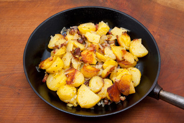 bratkartoffeln in gußeisenpfanne