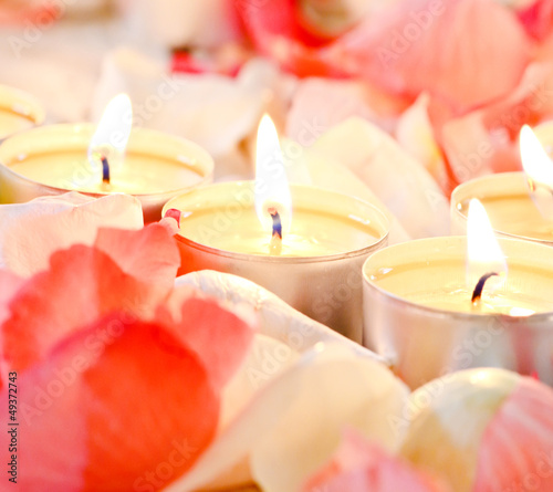 Romantik pur: Kerzen mit zarten Rosenblüten-Blättern