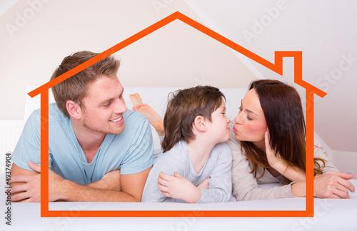 glückliche familie im eigenheim