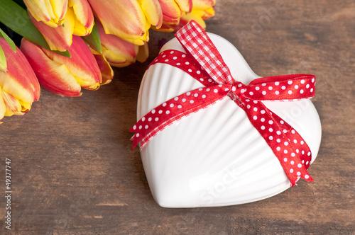 weisses Herz mit Tulpen