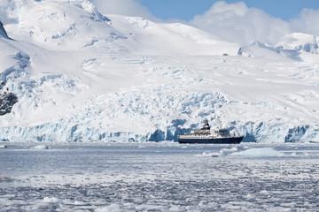 Kreuzfahrtschiff vor der Gletscherlandschaft von Cierva Cove