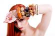 Junge attraktive Frau mit leuchtend roten langen Haaren