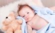 süßes kleines baby neugeborenes kleinkind mit kuscheldecke und