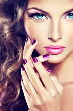 Piękny model z kręconymi włosami i manicure fioletowym