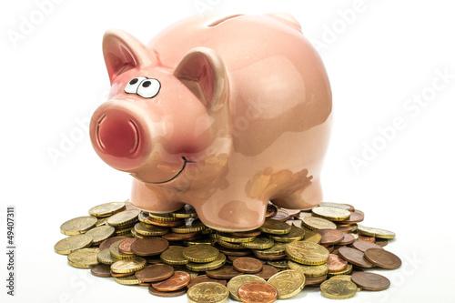 rosa Sparschwein auf Münzhaufen
