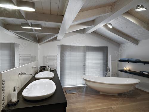 bagno moderno con parquet in mansarda