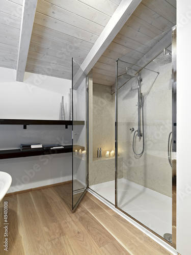 box doccia nel bagno moderno in mansarda immagini e fotografie royalty free su. Black Bedroom Furniture Sets. Home Design Ideas