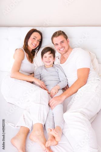familie im bett lachend