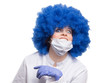 Chirugin mit blauer Perücke