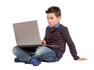 Konzentrierter Junge -  Kind mit Notebook-Laptop auf dem Schoß