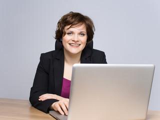 Junge Frau am Computer