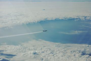 하늘을 가르는 비행기