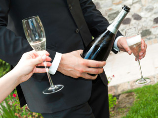 waiter it serves champagne to wedding party