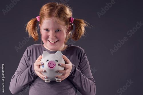 Mädchen freut sich über ihr Erspartes