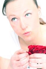 Frau zupft Rosenblüten