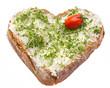 Kressebrot in Herzform mit Tomate