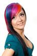 lächelnde junge frau mit gefärbten Haaren