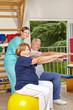 Senioren machen Rückentraining
