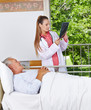 Radiologin betrachtet Röntgenbild neben Patient