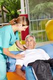 Senior liegt bei der Physiotherapie