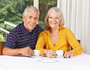 Lachendes Seniorenpaar beim Kaffeetrinken