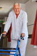 Senior mit Rollator im Pflegeheim