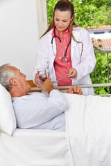 Senior in Klinik nimmt Medikamente