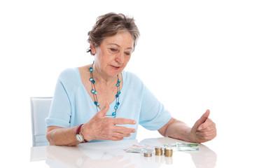 Rentnerin zählt ihr Einkommen - knappe Rente