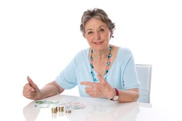Frau im Ruhestand zählt ihre Finanzen
