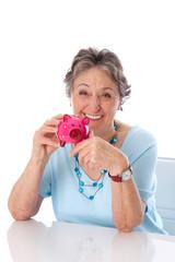 Rentnerin - Frau isoliert freut sich über ihre Ersparnisse