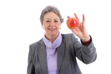 Ältere Frau isoliert mit Apfel in der Hand