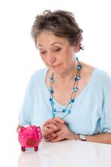 Altersarmut - Frau schaut traurig auf ihre Ersparnisse herab
